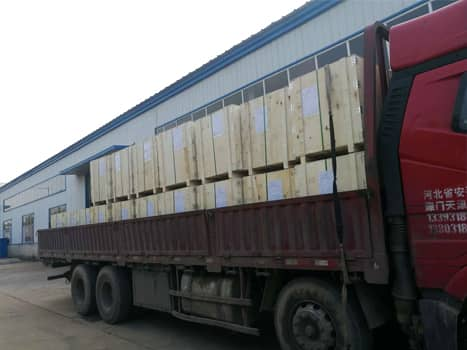 Woven wire mesh packed in wooden boxes for loading